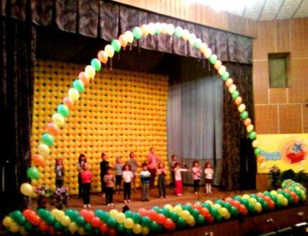 Оформление шарами сцены на школьный праздник
