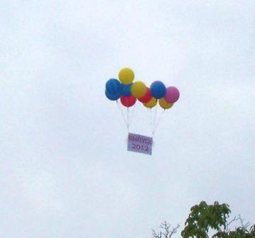 Воздушные шары в небе на Выпускной вечер
