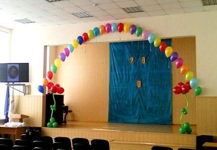 Оформление зала на школьный праздник шариками