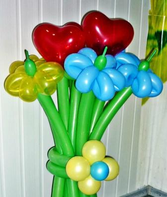 Букет цветов из воздушных шаров с сердечками