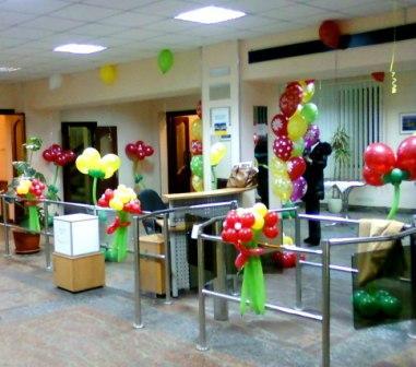 Украшение на 8 Марта шариками в офисе
