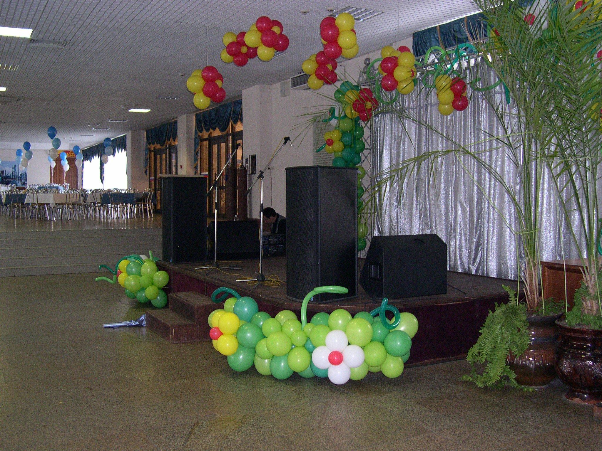 Шарики лучше всего украсят зал на 8 марта