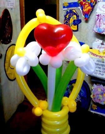 Букет шаров сердечко с ромашками в корзинке