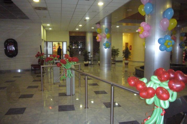 Украшение шарами офиса на 8 Марта Оформление 8 Марта шарами в офисе.