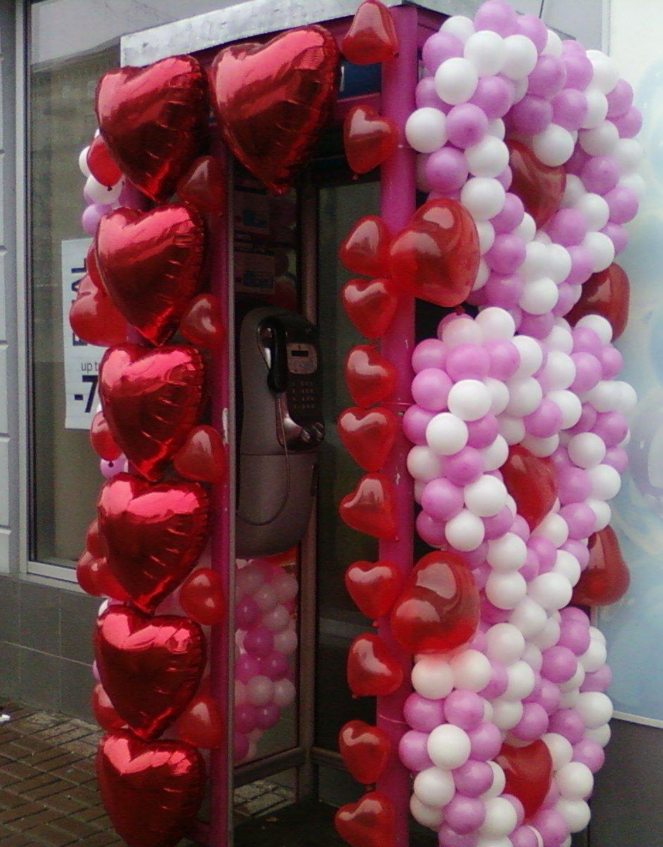 В День Святого Валентина даже телефонная будка преобразилась