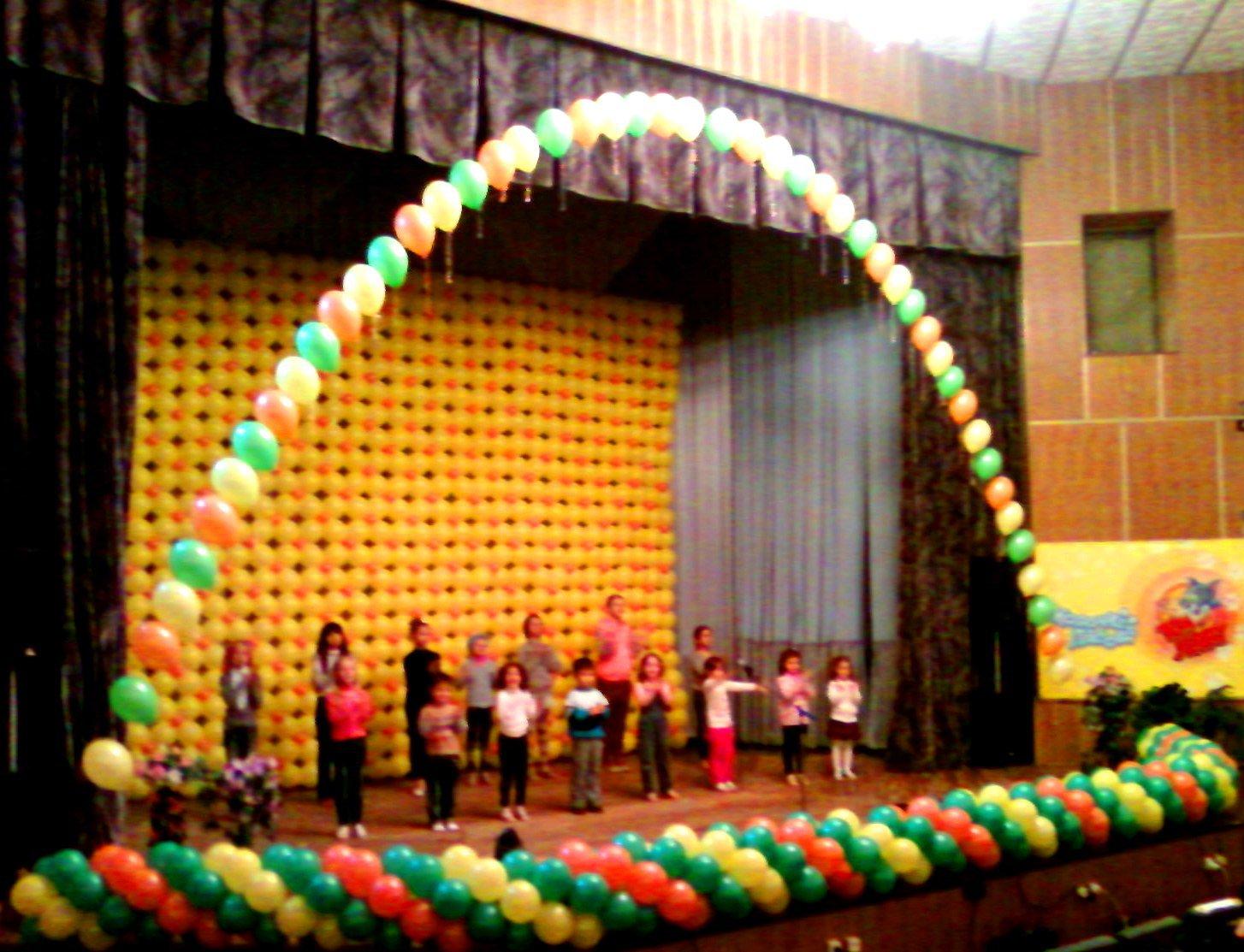 Украшение сцены на детский праздник воздушными шариками