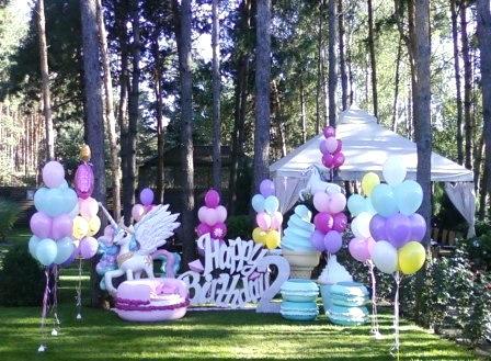 День рождения в ресторане с воздушными шариками