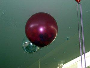 Шар-сюрприз, внутри которого 100 шариков – спецэффект из воздушных шаров