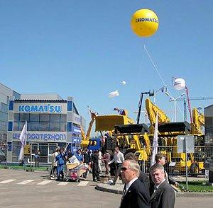 Большой воздушный шар с логотипом на выставке