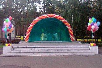 Украшение шарами сцены в парке