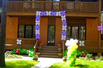 Украшение шарами входа в дом