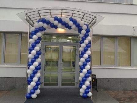Оформление входа в здание шарами
