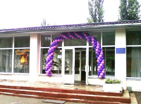Гирлянда из шаров украсит вход в школу на Последний Звонок