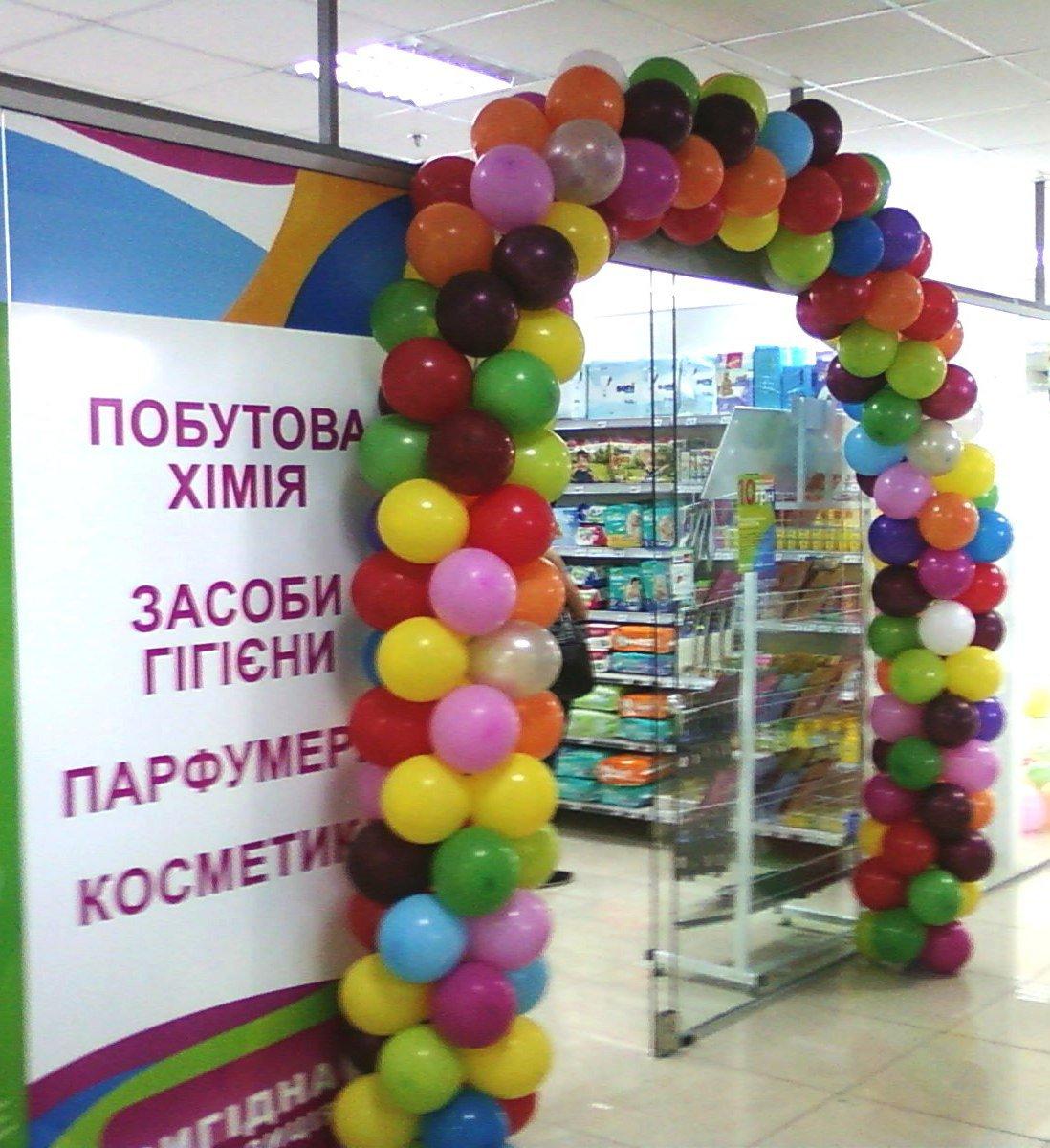 Арка из шаров в торговом центре