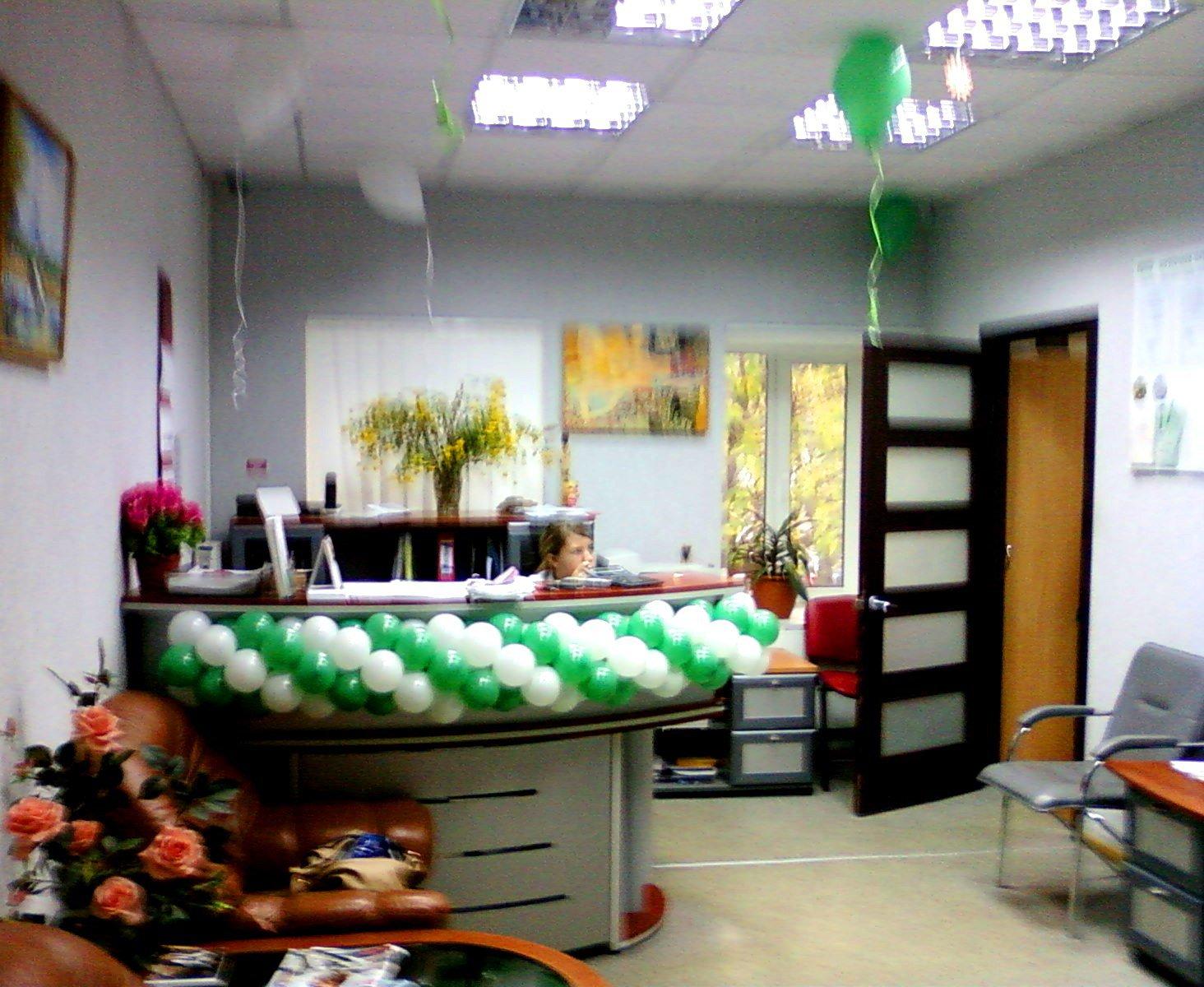Украшение шарами на 5-летие клиники