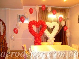 Украшение свадьбы воздушными шарами: сердца на стойках. Они незаменимы в зале, где нельзя крепить сердца к стенам, потолку.