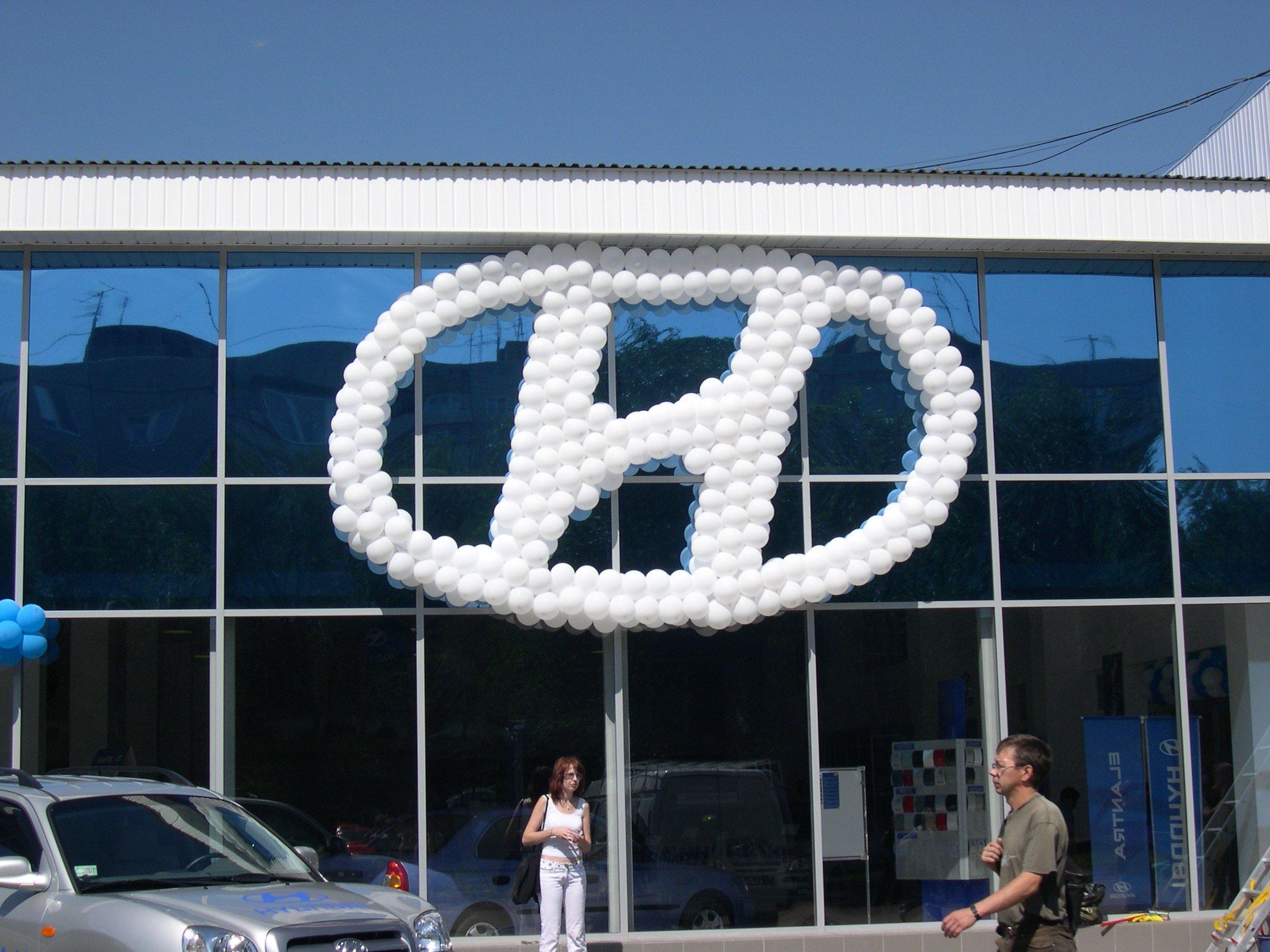 Украшение автосалона воздушными шарами