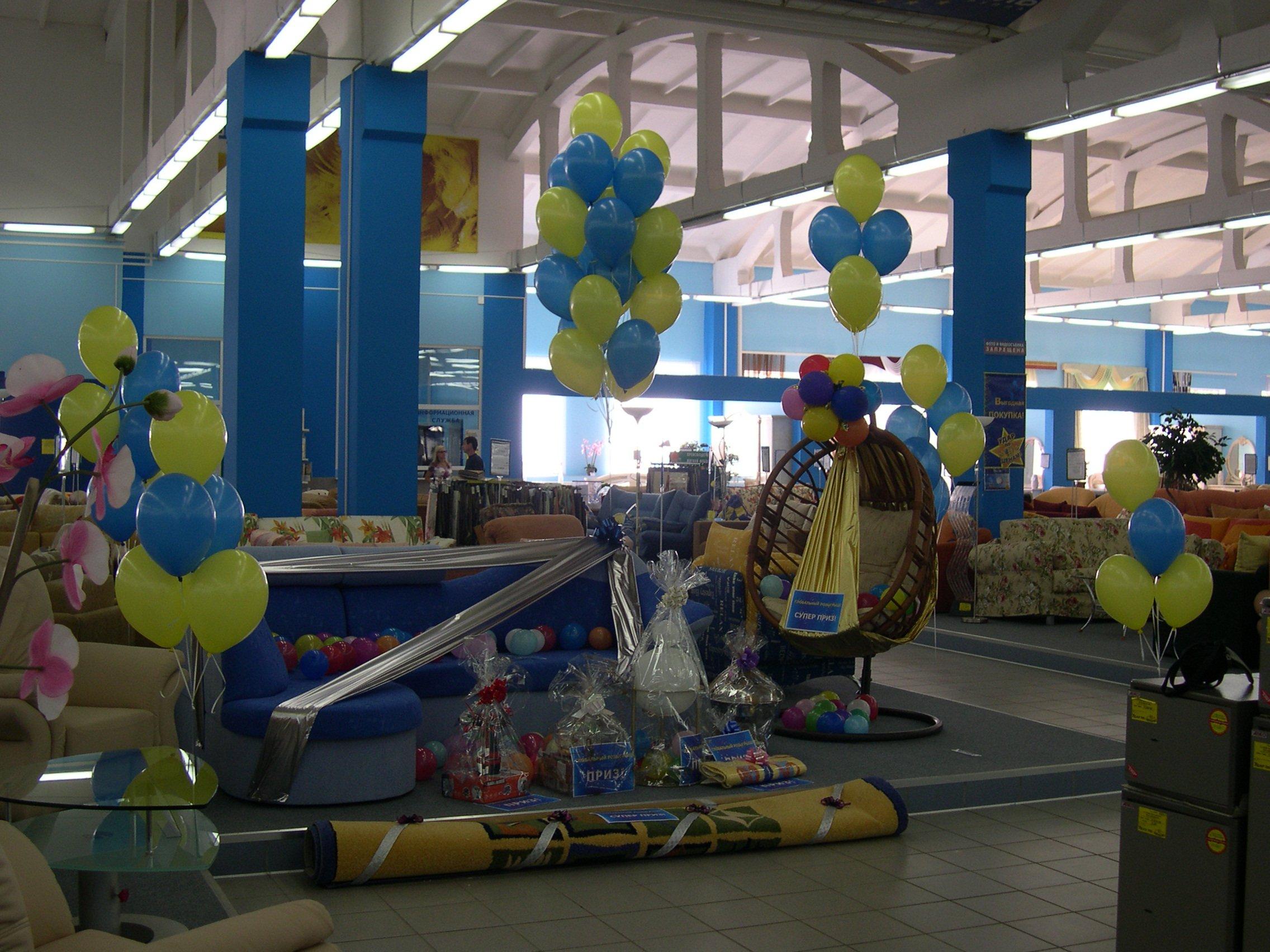 Шарики и украшение шарами внутри магазина