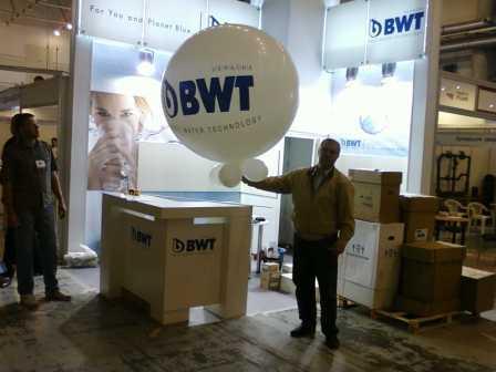 Большой шар с логотипом компании