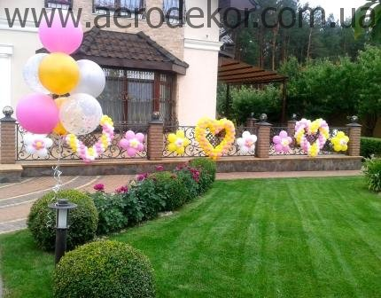 Украшение шарами загородного дома