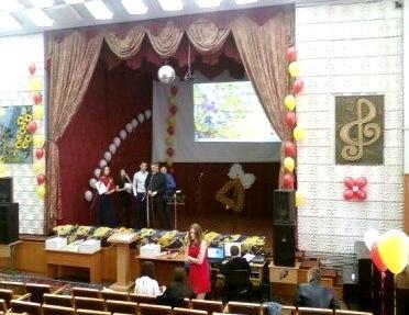 Оформление сцены на выпускной вечер воздушными шарами
