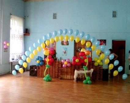 Оформление шарами выпускного вечера 4 класса