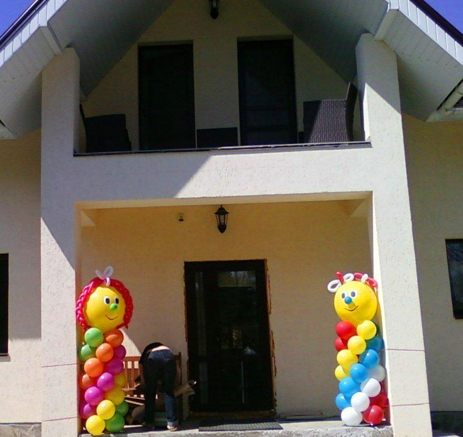 Яркие фигуры из шариков встречают гостей