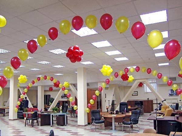Украсить офис воздушными шариками